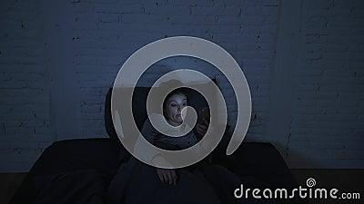 年轻有吸引力的西班牙妇女翻倒侧向摇摄射击在重音和失眠说谎的急切在设法的床上睡觉 股票视频