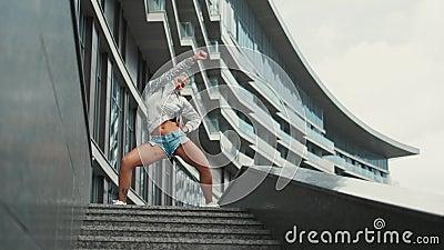 年轻行家千福年的滑稽的舞蹈移动 有金发或行家千福年的舞蹈的愉快和激动的年轻女性 股票录像