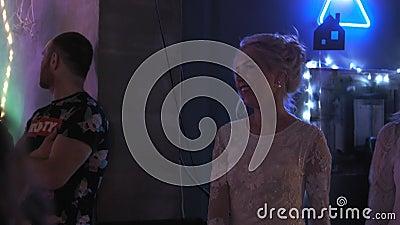 2019年12月27日:在派对上跳着白色优雅礼服舞的可爱女孩 影视素材