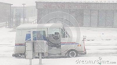 2020年1月17日:美国邮政公司在暴风雪中运送邮件,从他的卡车运到