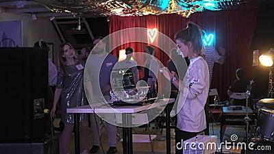 2019年12月27日:dj女孩在笔记本电脑上播放曲目,在混合控制台上播放 股票录像