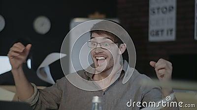庆祝在膝上型计算机前面的惊奇的商人好结果在办公室 影视素材