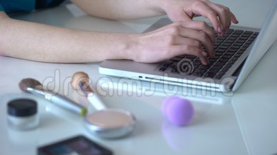 应用在网上分享她的观察的化妆用品女孩用途不同的方法  股票录像