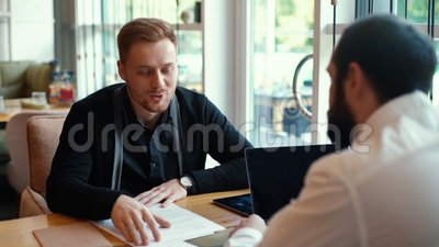 应聘者在轻松的咖啡环境中向雇主介绍自己 股票视频