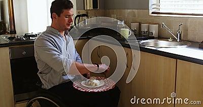 废人食用食物在厨房4k 影视素材
