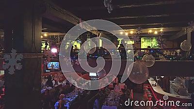 度假桌上的客人可以在夜总会或餐厅享受假期 公司派对 影视素材