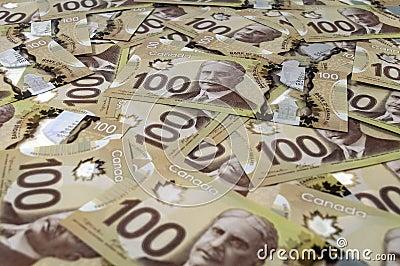 100张加拿大元钞票。
