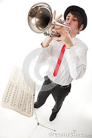 弹他的喇叭的一个年轻人的纵向
