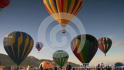 当热空气气球登高入天空,观众观看 股票录像