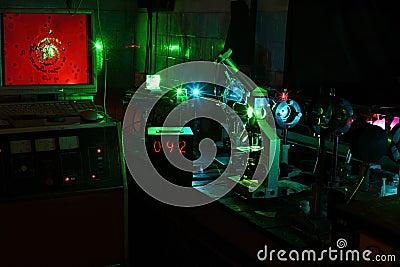 微粒的移动由激光的在实验室