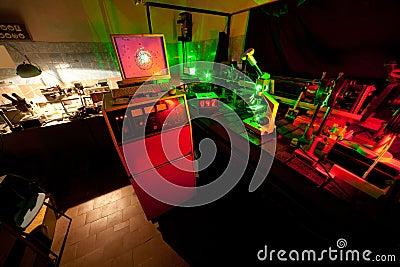 微粒的移动由激光的在黑暗的实验室