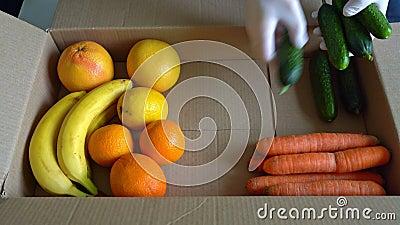 志愿者将水果和蔬菜放入捐赠盒 股票录像