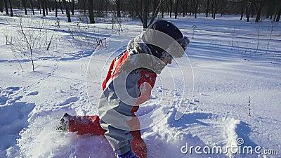 快乐的孩子在深雪的冬季公园里跑步 影视素材