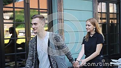 快乐的年轻夫妇在城市附近走 股票视频