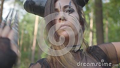 恶魔或有害跳舞戏剧性服装的典雅的年轻女人在森林陈列表现或制造仪式 股票视频