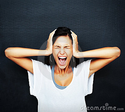 恼怒的沮丧的叫喊的妇女