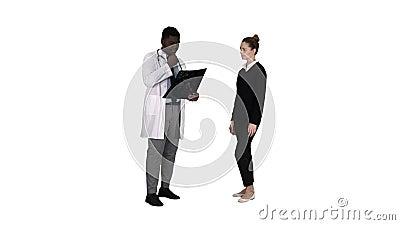 患者来医治与x解释X-射线的光芒生理治疗师对白色背景的患者 股票录像