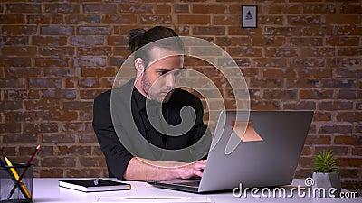 悦目白种人办公室工作者认为和在计算机前面的尖酸的手指有后边砖墙的 股票视频