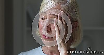 悲伤的忧郁的可怜的成熟老年妇女哭丧概念 股票视频