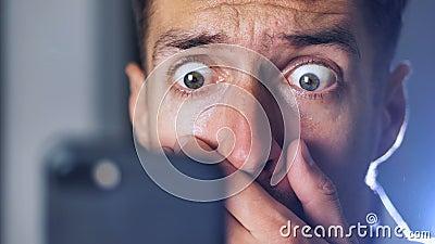 惊奇的人读的意外消息特写镜头画象在他的智能手机的 影视素材