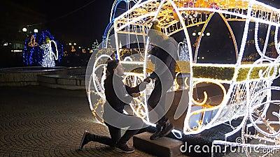 愉快的夫妇在庆祝订婚的圣诞节市场上 股票视频