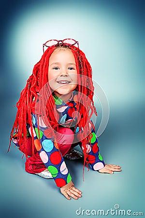穿红色辫子和现代衣裳的一个时髦小女孩的画象.图片