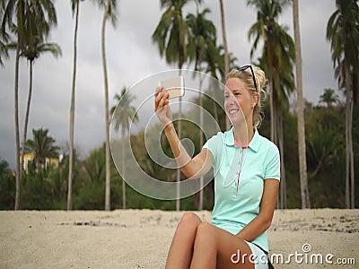 愉快的妇女在海滩做selfie照片 股票录像