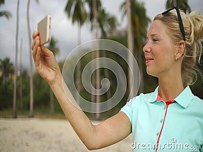 愉快的妇女在海滩做selfie照片 股票视频