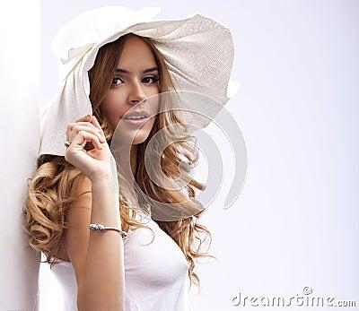 愉快的白肤金发的妇女
