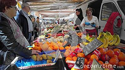 意大利梅斯特威尼斯 — 2019年5月:市中心一个市场的卖家和买家 在框架里,蔬菜和水果 股票录像