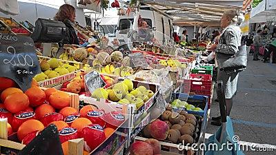 意大利梅斯特威尼斯 — 2019年5月:柜台上的盒子里的蔬菜水果 买家和卖家在谈 慢 股票视频