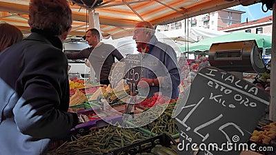 意大利梅斯特威尼斯 — 2019年5月:积极销售产品 蔬菜和水果 价格标签上是以欧元计价的 股票视频