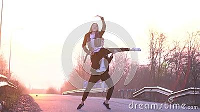 慢动作射击作为一对美好的夫妇是跳舞和做支持在天空中以为背景 股票视频