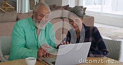 成年夫妇在家里享受时光 影视素材