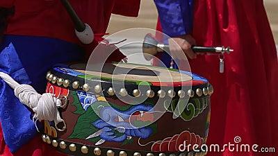 战士在改变的卫兵仪式期间的戏剧鼓在景福宫宫殿 股票视频