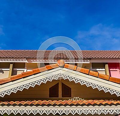 一个房子的三角形屋顶在蓝天前面的.图片