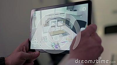 房子真正图画片剂的 股票 商人有虚拟现实项目的藏品片剂在家在会议室里 影视素材