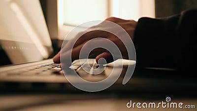 手在笔记本电脑键盘上打字 男人在家用电脑 远程工作或IT技术概念 影视素材