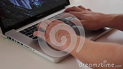 打印文本在MacBook膝上型计算机键盘 影视素材
