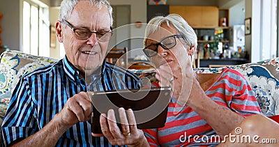打录影电话的资深夫妇在数字式片剂4k 股票视频