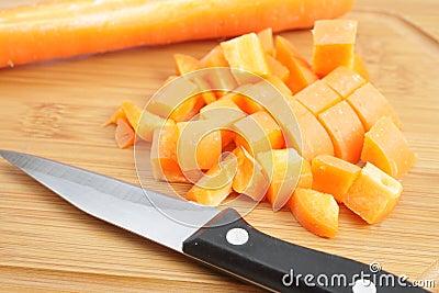 把切成小方块的红萝卜