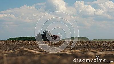 拖拉机上的男工在野外工作 股票视频