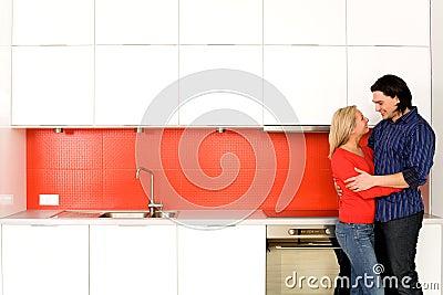 拥抱厨房的夫妇图片