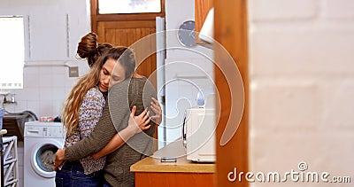 拥抱和亲吻的女同性恋的夫妇4k 股票视频