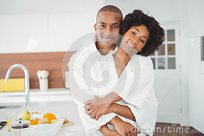 在家拥抱在厨房里的愉快的夫妇.图片