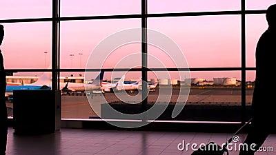 拥挤走在机场,商人的剪影,并且游人赶紧飞行 影视素材
