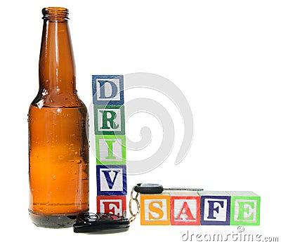 拼写有啤酒瓶的信件块推进保险柜