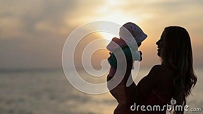 拿着在手上的母亲剪影小孩在 影视素材
