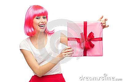 拿着礼品的愉快的妇女