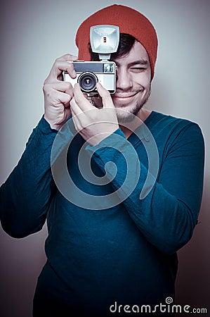 拿着老照相机的年轻时髦的人